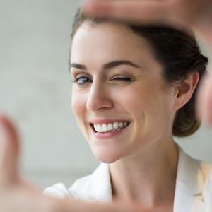8 τρόποι για να αποκτήσεις στο σπίτι λευκά δόντια