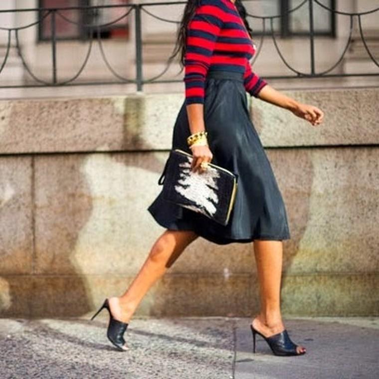 Έξι μαύρα mules για να υιοθετήσεις με τον πιο κομψό τρόπο το shoe trend της σεζόν