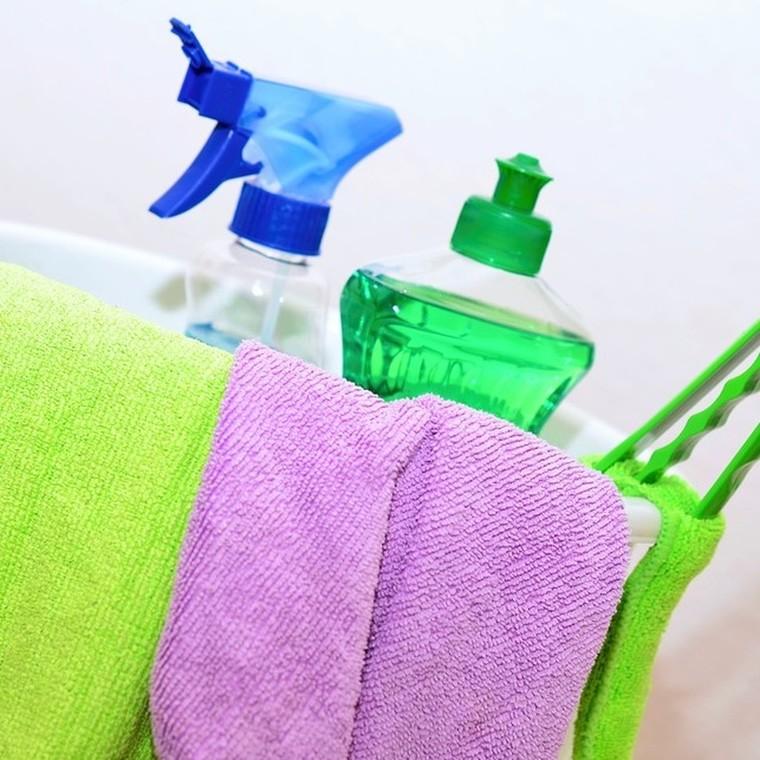 4 συνταγές για να φτιάξεις μόνη σου καθαριστικά για το σπίτι