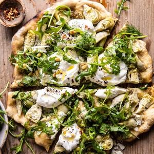 Pizza με αγκινάρες pesto και ρόκα