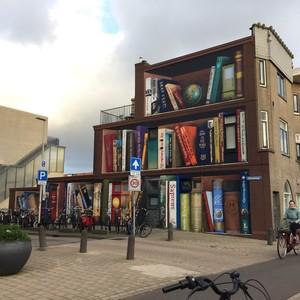 Το  ζωγραφισμένο κτίριο που θυμίζει εντυπωσιακή βιβλιοθήκη