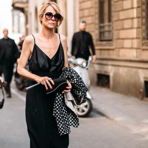 Οι μακριές μεταξωτές φούστες είναι το elegant street style που αγαπάμε αυτό το καλοκαίρι