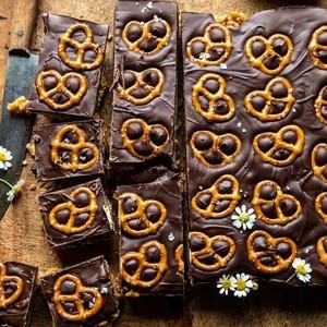 Σοκολατένιο γλυκό με αλμυρά μπρέτσελ