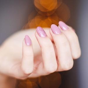 To νέο nail trend του φθινοπώρου δεν έχει ηλικία και είναι γεμάτο... glitter