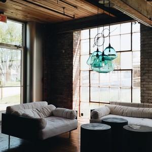 Να πώς μπορείς να μετατρέψεις ένα ανοικτό loft σε ένα ζεστό σπίτι με προσωπικότητα