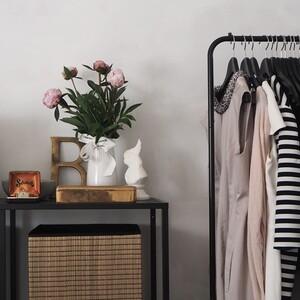 6 ιδέες για να οργανώσεις την ντουλάπα σου όταν δεν έχει αρκετό αποθηκευτικό χώρο
