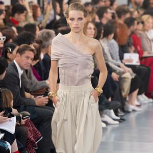 Τα αέρινα σχέδια του οίκου Chloé SS20 που έκλεψαν τις εντυπώσεις στην Εβδομάδα Μόδας στο Παρίσι