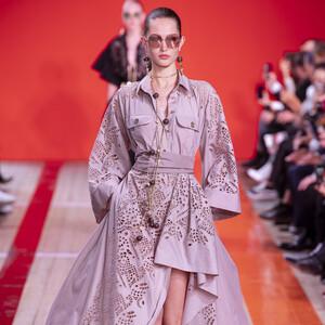 Επιρροές από Αφρική μ' εντυπωσιακά φορέματα μας επιφυλάσσει ο Elie Saab για την Άνοιξη 2020