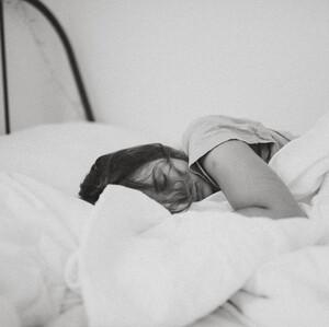 Νέα έρευνα φέρνει τα πάνω κάτω στο θέμα του ύπνου