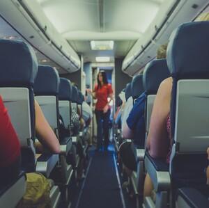 Τι δεν πρέπει να ζητήσεις ποτέ από μια αεροσυνοδό όταν βρίσκεσαι στο αεροπλάνο