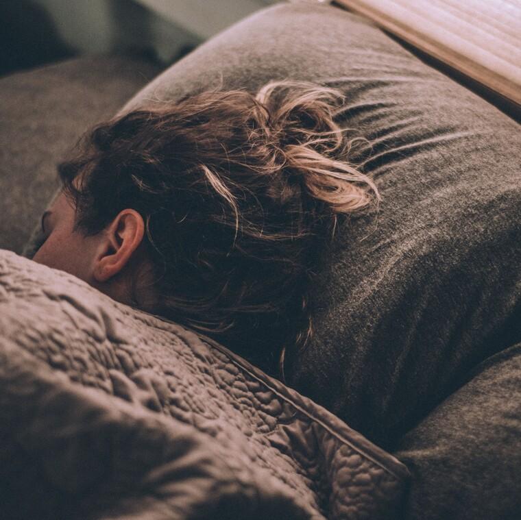 Πώς να «απενεργοποιήσεις» το μυαλό σου για να κοιμηθείς ήρεμα μέσα σε 5 λεπτά