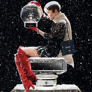 Η χριστουγεννιάτικη καμπάνια της Chanel εξυμνεί το άρωμα N°5 L'EAU και μας εμπνέει