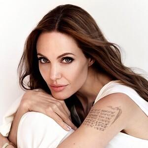 H Angelina Jolie φωτογραφήθηκε γυμνή, τυλιγμένη μόνο σ΄ένα πέπλο και μίλησε ανοικτά για το σώμα της