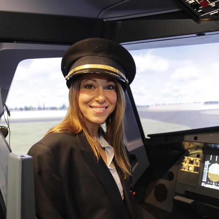 Η πρώτη γυναίκα δημοσιογράφος σε προσομοιωτή Falcon F16 στην Ελλάδα: εγώ!