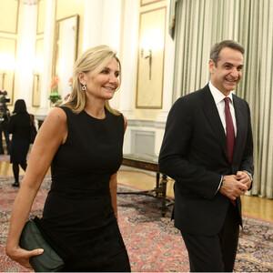 Η Μαρέβα Μητσοτάκη υποδέχθηκε με τον πιο διπλωματικό τρόπο το Προεδρικό ζεύγος της Κίνας