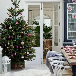 Αυτό το βικτοριανό σπίτι έχει ντυθεί στα γιορτινά και θέλουμε να το αντιγράψουμε τώρα