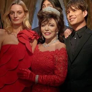 Υποκλινόμαστε: Η Joan Collins είναι το απόλυτο icon στη νέα χριστουγεννιάτικη καμπάνια του Valentino