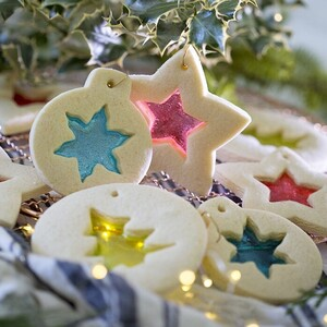 Φτιάξε χριστουγεννιάτικα μπισκότα που θυμίζουν γυάλινες διακοσμητικές μπάλες για το δέντρο σου