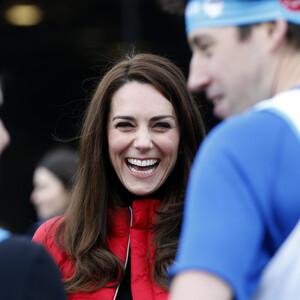 Βρήκαμε το κόκκινο μπουφάν που δεν αποχωρίζεται ποτέ η Kate Middleton