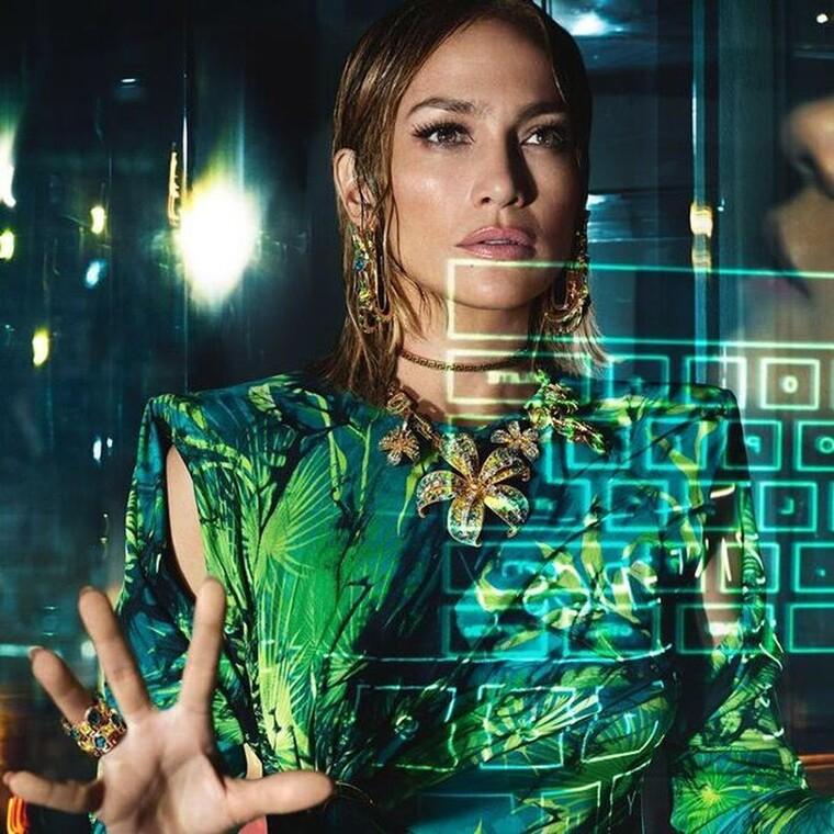 H Jennifer Lopez δικαιωματικά είναι το νέο πρόσωπο της ανοιξιάτικης καμπάνιας του οίκου Versace