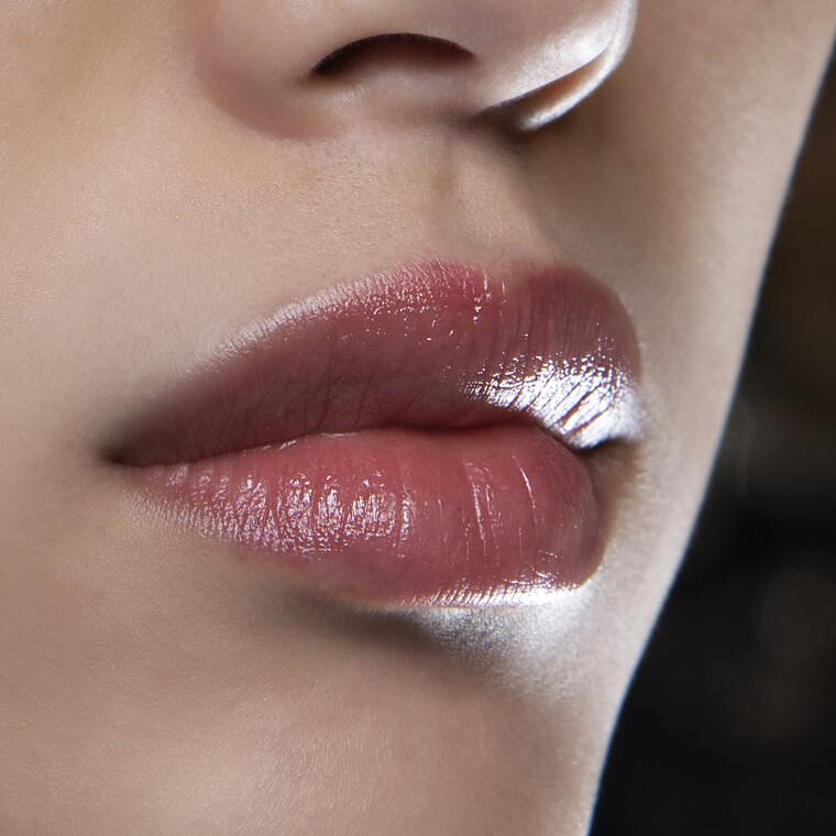Lip oils: Αυτά είναι τα επαναστατικά λάδια που χρειάζονται τα χείλη μας