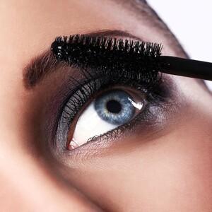 Οι 10 απόλυτες mascara που κάνουν το βλέμμα σου να πετάει «φλόγες»