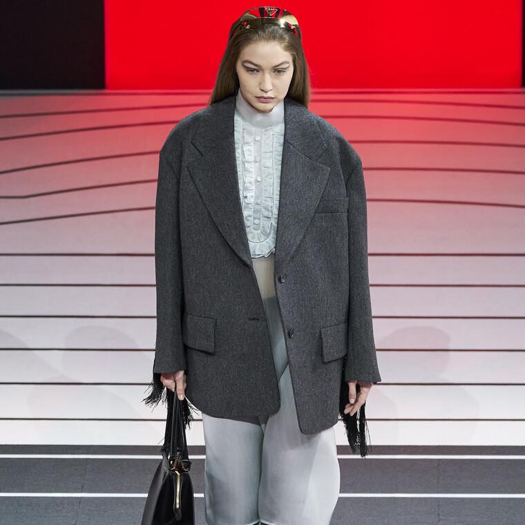 Τα κρόσσια και οι ζώνες αποτελούν τους πρωταγωνιστές του Φθινοπώρου για την γυναίκα της Prada