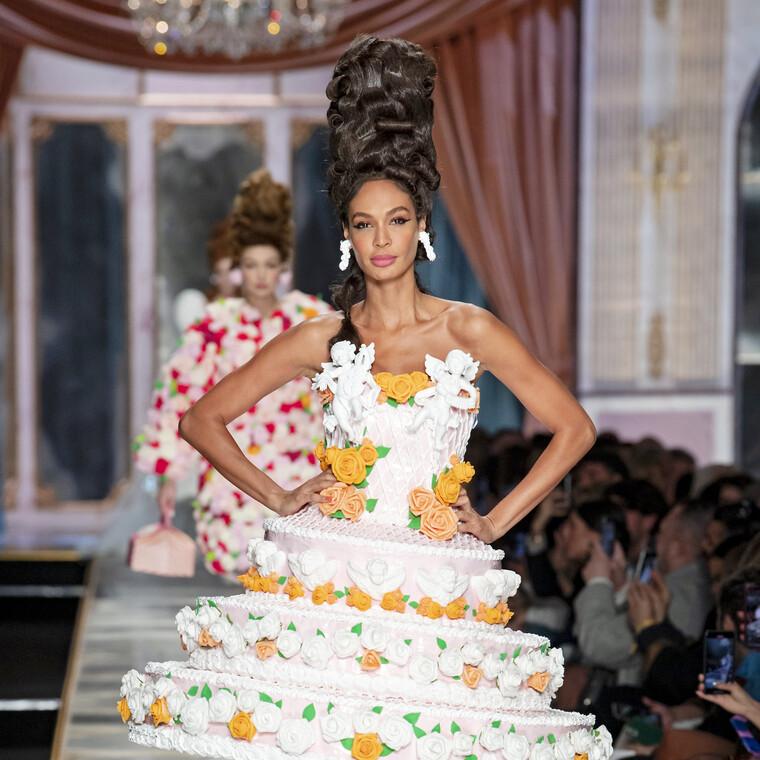 Moschino AW20/21: το πιο «γλυκό» show που μας μετέφερε στη sexy πλευρά των Βερσαλιών