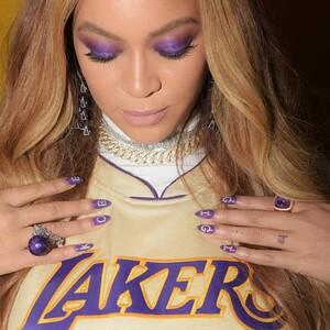 Η Beyoncé ντυμένη στα χρώματα των Lakers τιμά την μνήμη των Kobe και Gigi Bryant