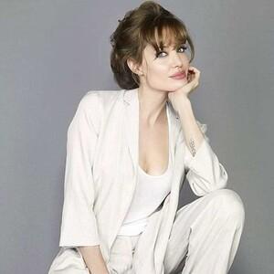 H Angelina Jolie νιώθει μόνη