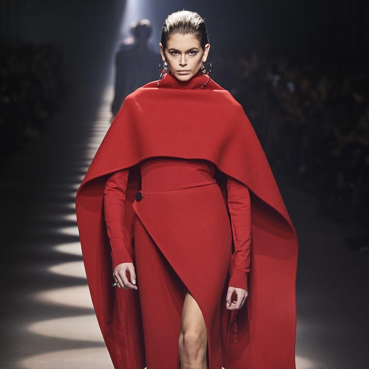 Ο οίκος Givenchy επενδύει στο γραμμικό σχέδιο και τα τολμηρά κοψίματα