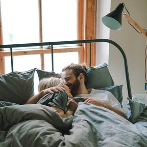 Μην ντρέπεσαι: 4 tips για να εκμυστηρευτείς στον σύντροφό σου τις πιο πικάντικες «φαντασιώσεις» σου