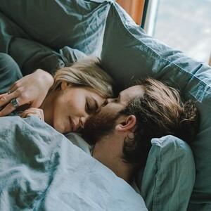 Ο ύπνος σε ξεχωριστά κρεβάτια είναι το μυστικό για μια υγιή και ευτυχισμένη σχέση