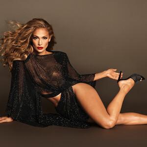 Η Jennifer Lopez τον ελεύθερό της χρόνο σχεδιάζει... παπούτσια!