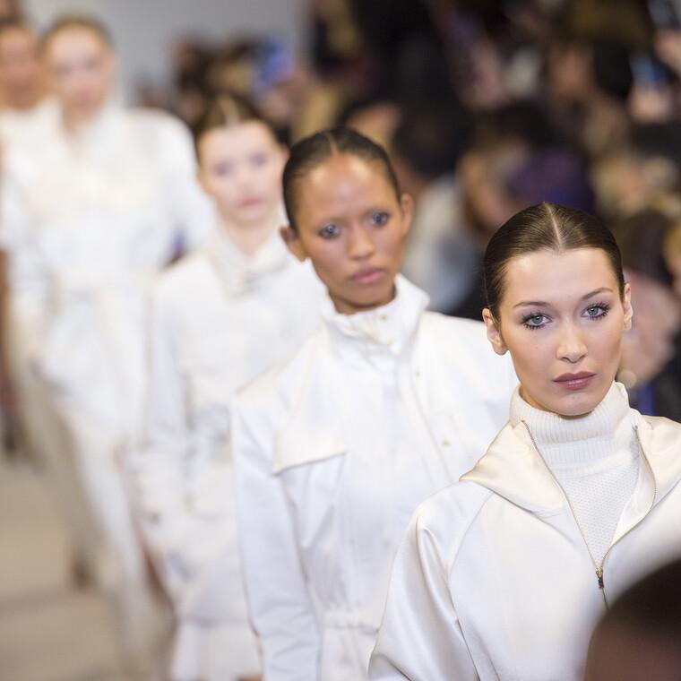 H Μόδα πολεμά τον κορονοϊό: Οι σχεδιαστές τώρα δημιουργούν μάσκες και νοσοκομειακές φόρμες
