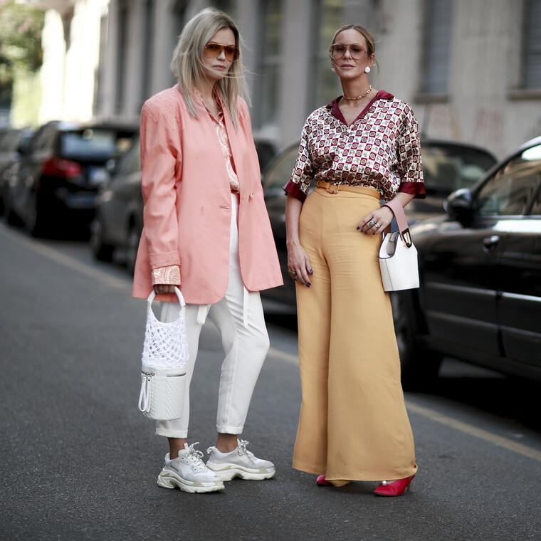 5 τρόποι για να φορέσεις τα λευκά σου sneakers μέσα στην άνοιξη