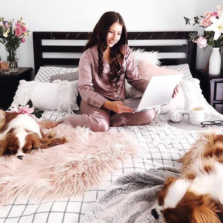 Οι ωραιότερες satin πιτζάμες για τις μέρες στο σπίτι