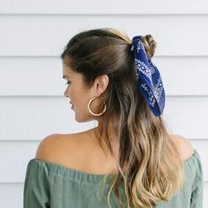 3 τρόποι για δείχνεις πάντα κομψή φορώντας μόνο ένα μαντήλι στα μαλλιά σου