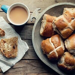 Γλυκά ψωμάκια με σταφίδες (video)