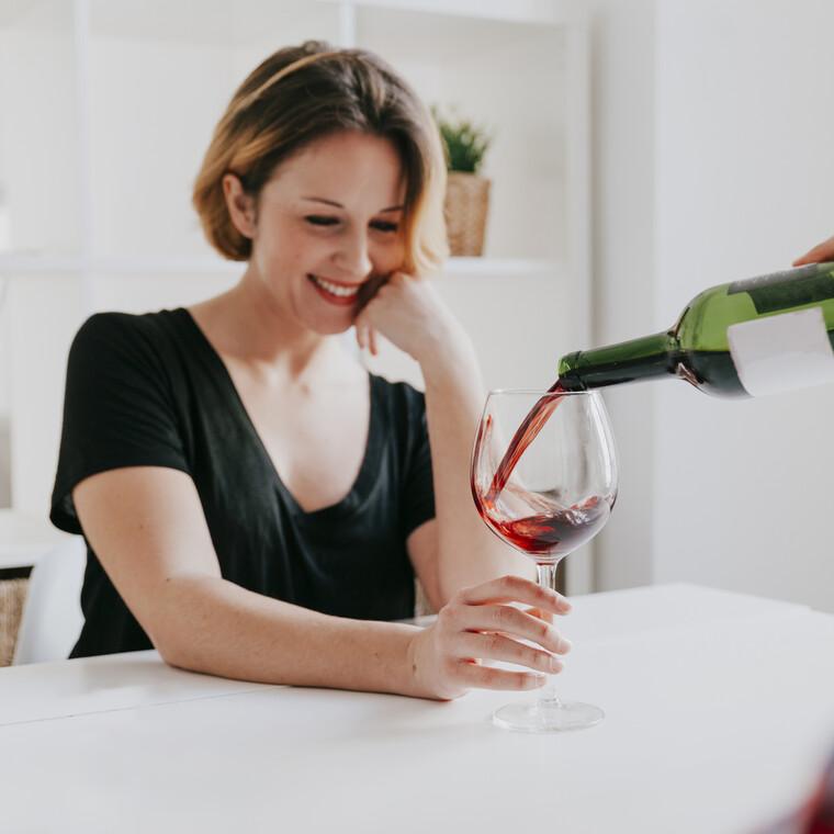 Με αυτόν τον απλό τρόπο θα αφαιρέσεις το κόκκινο κρασί από τα χείλη σου