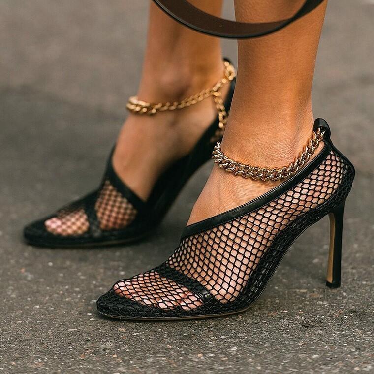 Τα παπούτσια με αλυσίδα είναι η απόλυτη τάση της σεζόν