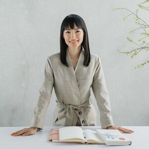 Η κυβερνήτης του Τόκιο προτείνει «Μένουμε σπίτι και συμμαζεύουμε όπως το κάνει η Μαρί Κοντό»