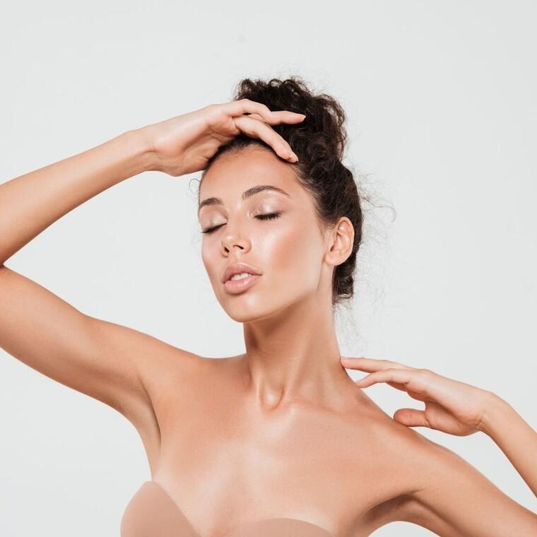 Οι καλύτερες αντιρυτιδικές κρέμες που χαρίζουν νεανική όψη σε λαιμό και ντεκολτέ
