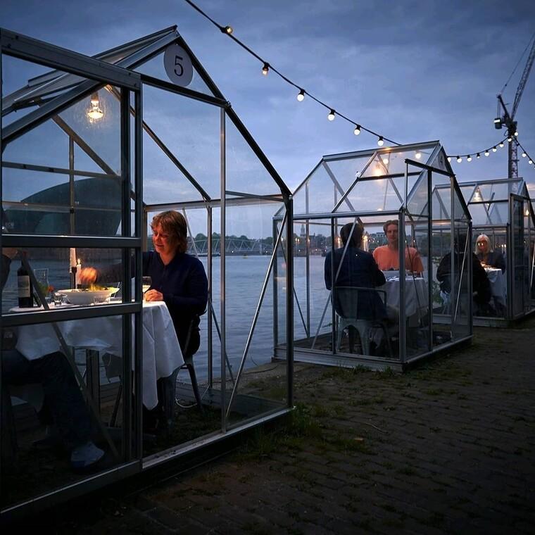 Το εστιατόριο με τους γυάλινους θαλάμους που κάνει τον δείπνο υπό το φως των κεριών μοναδικό