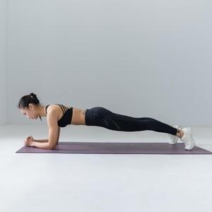 Με αυτές τις ασκήσεις θα τονώσεις τους κοιλιακούς σου στο σπίτι