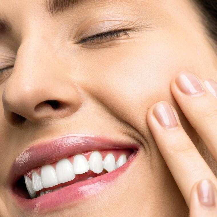 5 tips για να έχεις πάντα λευκά δόντια χωρίς να κάνεις λεύκανση