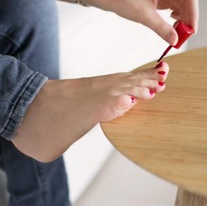 Δες πώς θα κάνεις εύκολα επαγγελματικό pedicure στο σπίτι με 6 απλά βήματα