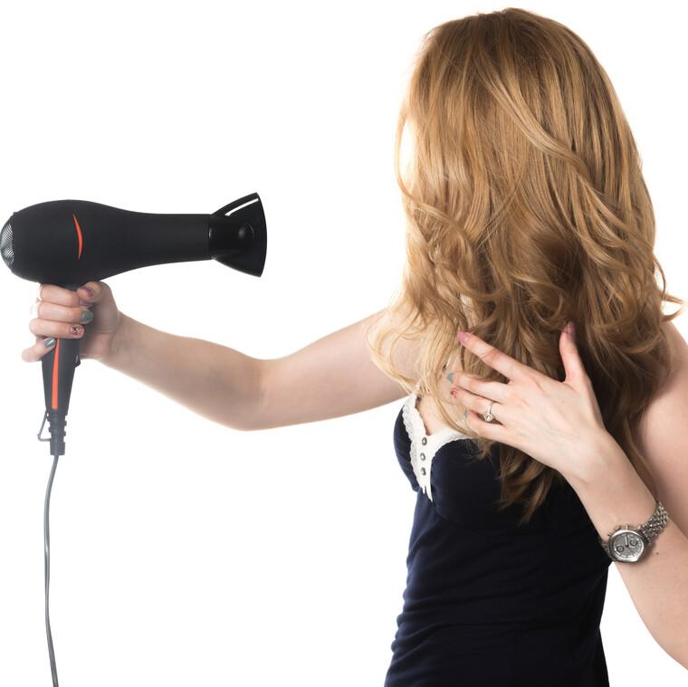 Μήπως κι εσύ στεγνώνεις λάθος τα μαλλιά σου τόσο καιρό;