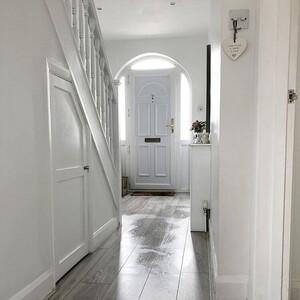 White hallway: 9 τρόποι για να υιοθετήσεις το νέο deco trend του καλοκαιριού
