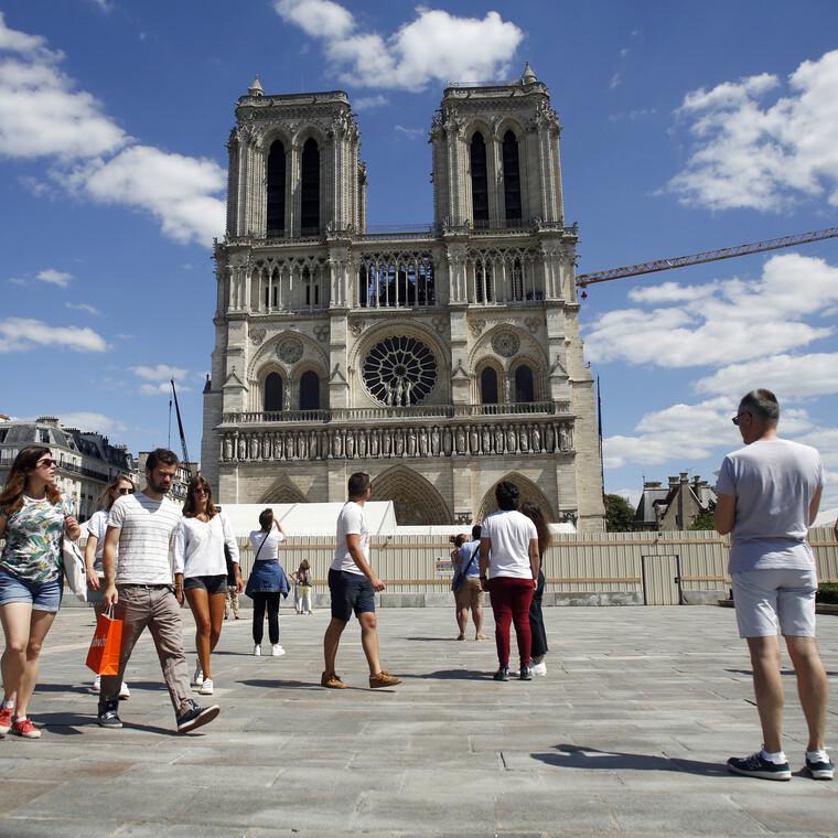 Το Forecourt της Notre Dame άνοιξε ξανά για πρώτη φορά μετά την πυρκαγιά του 2019